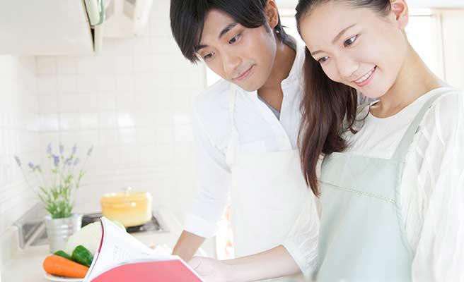 夫婦一緒に料理本を読む