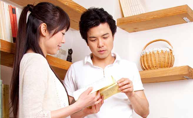 一緒に本を読んで会話する夫婦