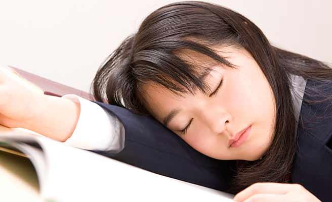 勉強しながら眠ってしまう女子中学生