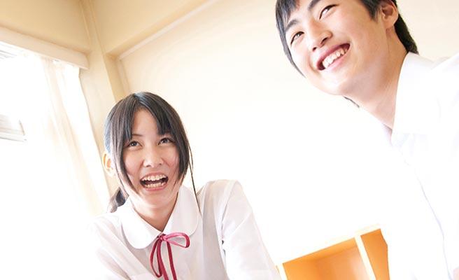 教室で談笑する中学生の男女