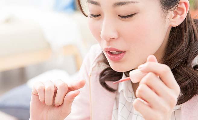 爪をケアする女性