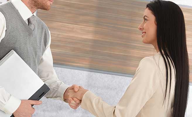 男性と握手する女性