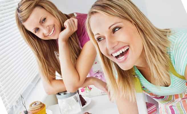 既婚の女友達と料理を作る女性