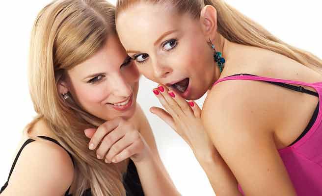 女友達と噂話で盛り上がる女性