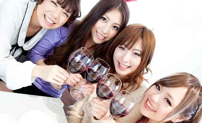 ワイングラスで乾杯する女性グループ