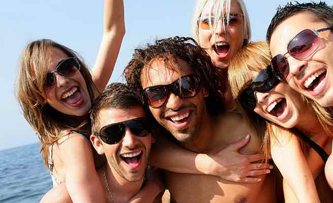 男友達と海で遊ぶ女性