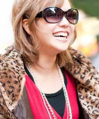 大きなサングラスをしたヒョウ柄のジャケットを着た茶髪の女性