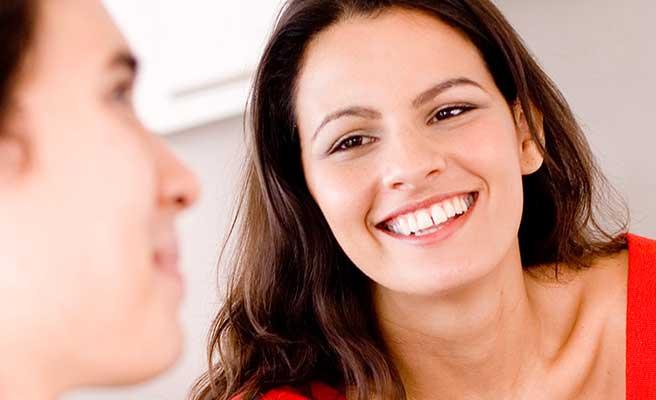 男性に笑顔で視線を向ける女性