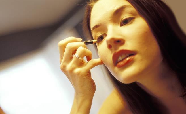 目のメイクする女性