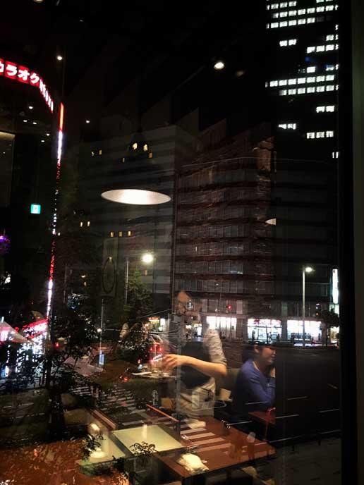窓際。タワービル内の店舗なので窓が大きく眺めはいい