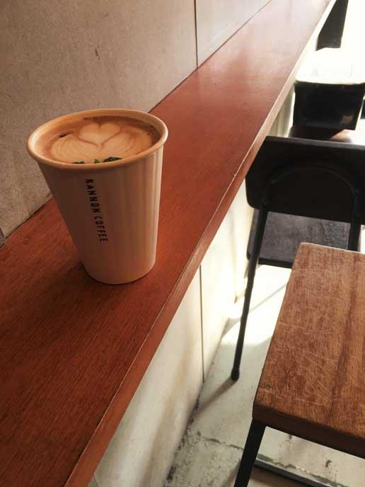 スタンドだからちょっと狭い。コーヒー自体は本格派で、気軽なおしゃれ感覚が受けてる