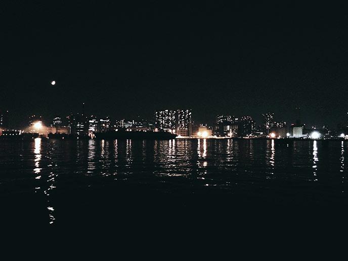 高層ビルが並ぶ都会の夜景