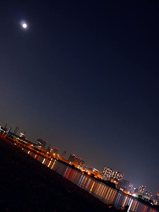 おだいばビーチの砂浜と水面に映る夜景が美しい