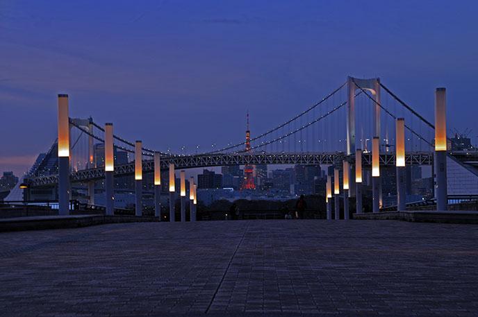 東京タワーとレインボーブリッジが重なる素晴らしい景色