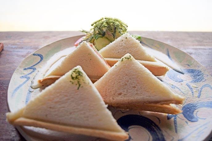 ランチのサンドイッチ。地元南城市の食材が用いられています
