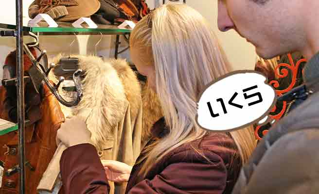 ショップで毛皮を見る女性