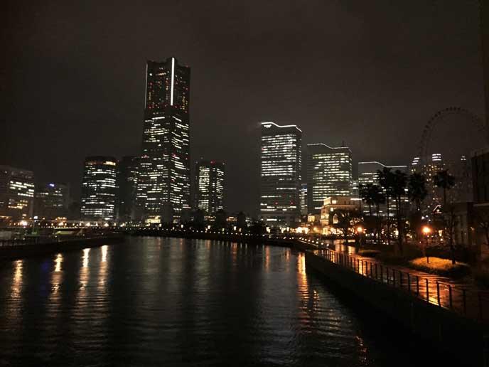 橋からはみなとみらいの夜景を一望できます