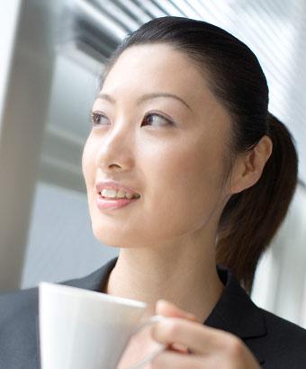 職場で休憩する端正な顔立ちの女性