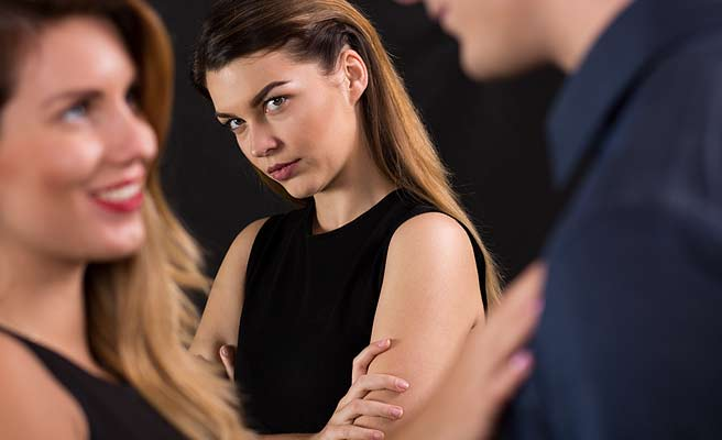 彼氏と話す女性を横から観察する女性