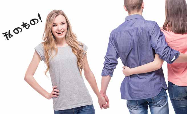 友達の女性の彼氏と手をつなぐ女性