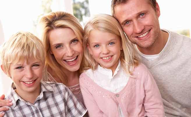 子供と一緒に笑顔の両親