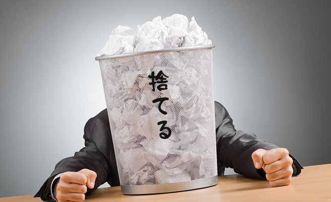 ゴミ箱に大量のゴミを詰めてる男性
