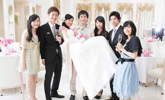 結婚式の後撮りで花嫁をお姫様抱っこする新郎