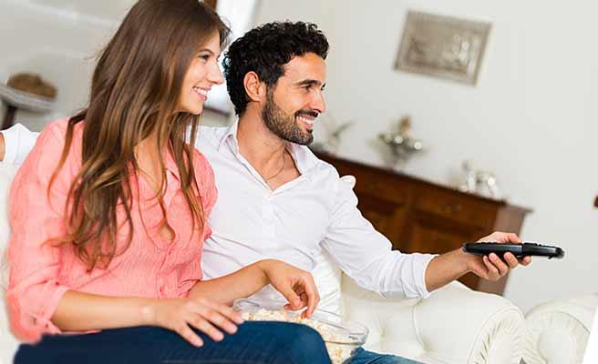 彼氏と一緒にビデオを見る女性