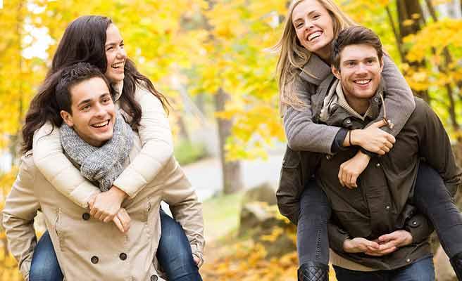 紅葉の森でデートする男女のグループ