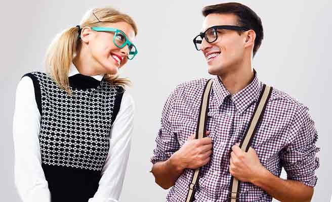 同じ眼鏡をかけて笑い合う男女