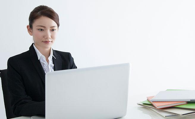 パソコンに向かって仕事する女性