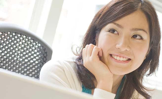 職場で笑顔の女性