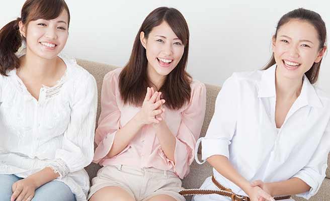 女性が三人で並んでいる