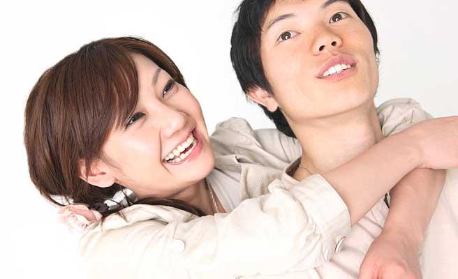 彼氏に抱きつく笑顔の女性
