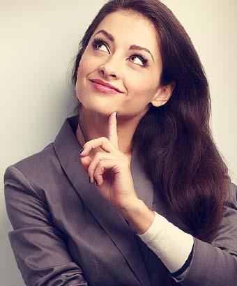 顎に指を当てて考える仕草の女性