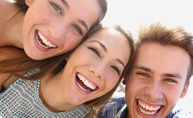 女友達と男子が並んで笑顔