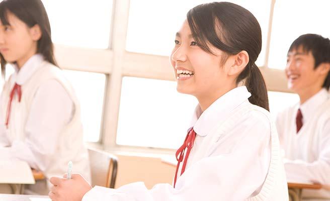 笑顔で授業を受ける女子中学生