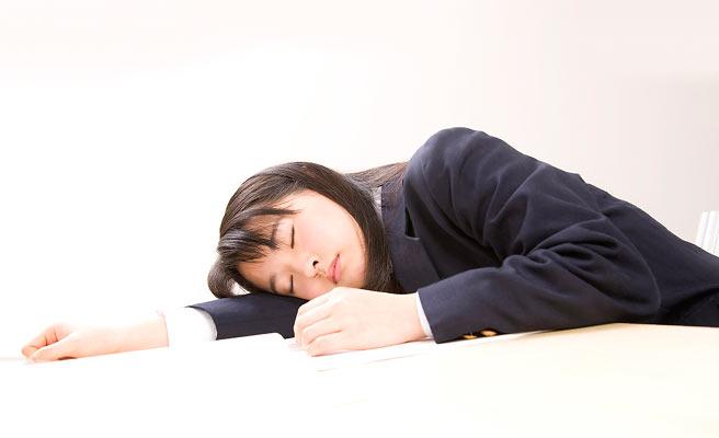 勉強机に腕枕で寝る女子中学生