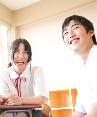 笑う女子中学生と笑顔の男子中学生