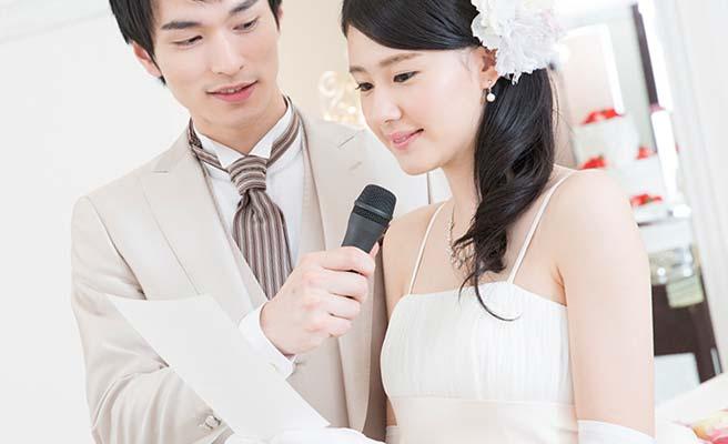 手紙を読みながら涙を流す花嫁
