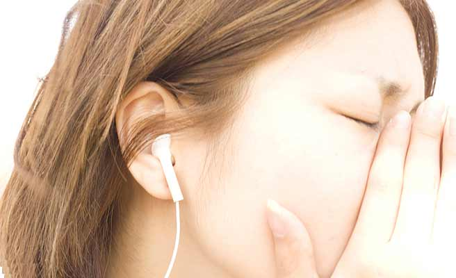 音楽を聴きながら涙ぐむ女性