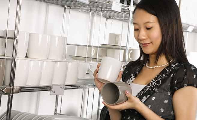 一人で食器を探す買い物中の女性