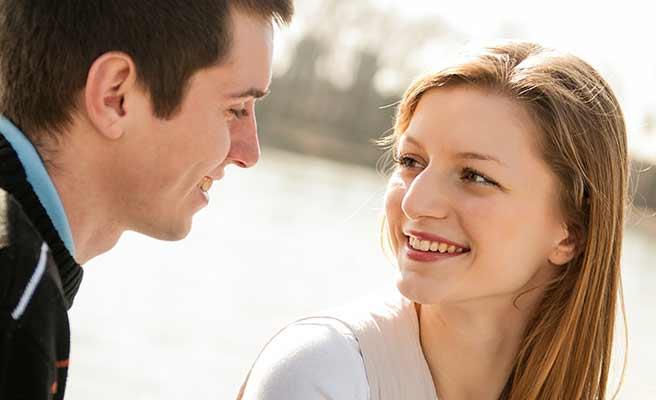 男性の笑顔に笑顔で返す女性