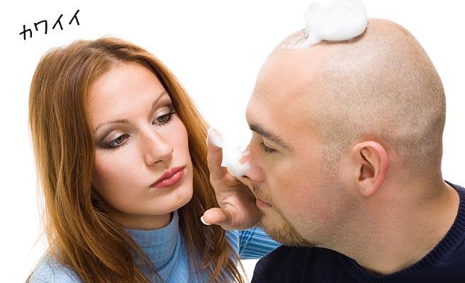 男性の頭と鼻先にシェービングフォームを付ける女性