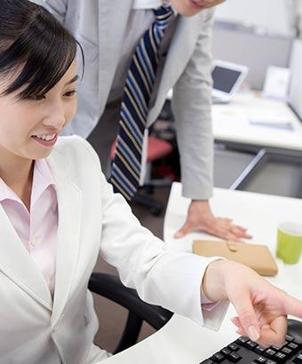 同僚に仕事の話をする女性