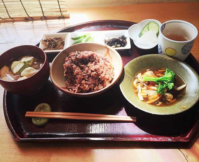 具沢山の汁物に旬の食材を使った惣菜、寝かせ玄米をたっぷりと楽しめます♪