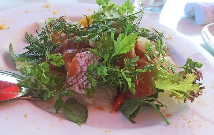 マグロと鯛のカルパッチョ。野菜の緑もとっても綺麗(*`・u・)