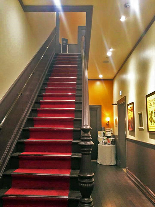 赤絨毯が敷かれた階段がいかにも洋館という雰囲気で素敵♥