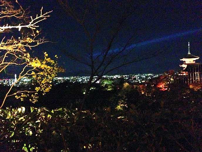 清水の舞台からは京都市内の夜景も楽しめます