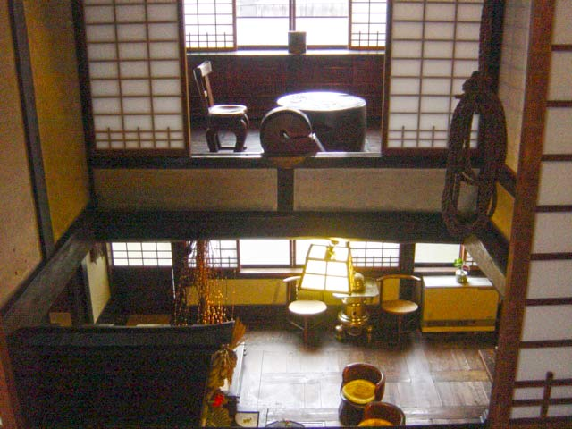 吹き抜けになっている2階からの眺め。大正・昭和の建物とは思えないオシャレな造りに驚いてしまう。